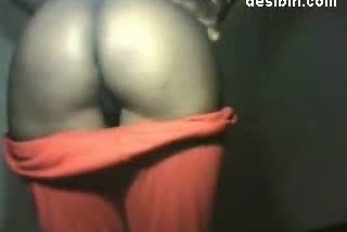 Indian lady made to expose her full nudity infront of mobile cam!