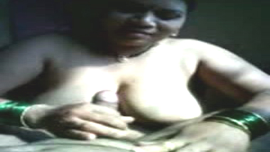 Indian house wife exposed her naked figure and given handjob session