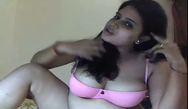 Gorgeous big boobs bhabhi exposing her tits