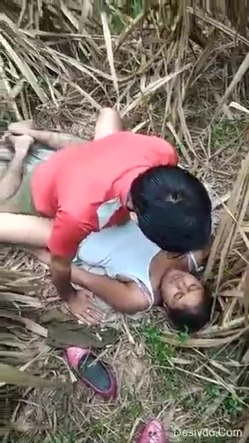 Desi porn video of a young girl in the field