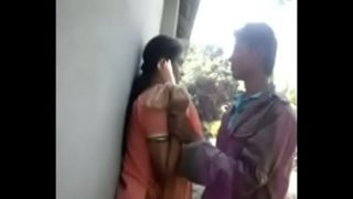 Sex MMS clip of a hot Bengali teen in outdoors